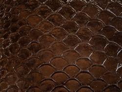 Ecailles cuir de poisson tilapia brun foncé glossy cuir en stock