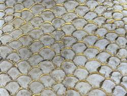 Détail écailles cuir de poisson tilapia ivoire glossy métallisé doré bijoux accessoire maroquinerie Cuir en Stock