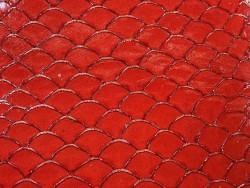Détail écailles cuir de poisson tilapia rouge glossy métallisé argent Cuir en Stock
