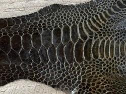 Détail grain peau cuir patte de coq vert kaki foncé bijoux accessoire luxe exotique Cuir en Stock