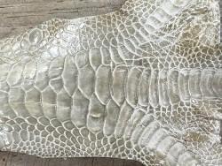 Détail grain de peau cuir patte de coq gris clair bijoux accessoire Cuir en stock