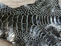 Détail grain de peau cuir patte de coq gris acier anthracite Cuir en stock