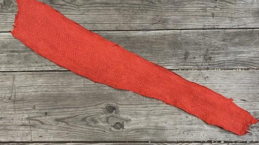 Peau entière cuir poisson saumon rouge vif maroquinerie bijoux accessoire cuir en stock