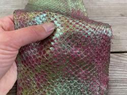 Peau cuir poisson saumon métallisé violet vert duochrome bijoux accessoire maroquinerie luxe exotique Cuir en stock