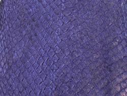 Détail écailles peau cuir de poisson saumon violet nacré Cuir en stock