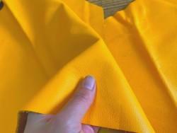 Morceau de peau cuir veau jaune maroquinerie accessoire Cuir en stock