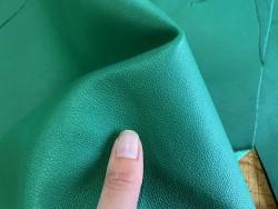 Morceau de peau cuir veau vert maroquinerie accessoire Cuir en stock