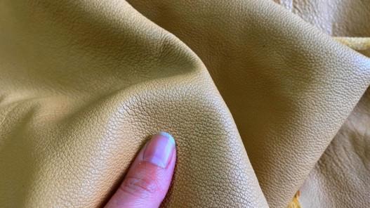 Détail grain de peau de cuir de vache sable beige chaud - Cuirenstock