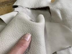 Détail grain de peau de cuir de vache gris clair nude - Cuirenstock