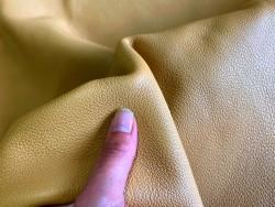 Détail grain de peau de cuir de veau grainé beige sable Cuir en stock