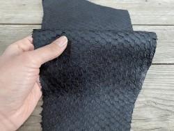 Détail peau écailles - cuir de poisson - Perche du Nil - noir semi-mat - bijou - accessoire - maroquinerie - Cuir en stock