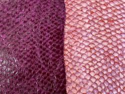 Détail écailles - peaux de poisson - Perche du Nil - camaïeu de prune - cuir exotique - Cuir en stock