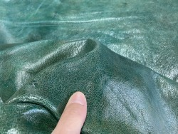 Détail grain de peau de cuir de mouton - tannage végétal - vert nuancé - maroquinerie - Cuir en stock