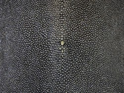 Peau de cuir de galuchat - anthracite pailleté - perle centrale - cuir exotique - Cuir en stock