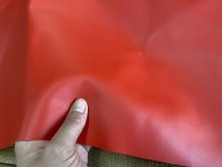 Détail morceau de cuir de veau lisse rouge mat cuir en stock