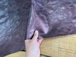 Détail cuir de vachette métallisé prune - maroquinerie - ameublement - Cuir en stock