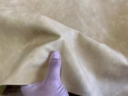 Détail finition morceau de cuir de veau ciré pullup jaune pastel - maroquinerie - Cuir en stock