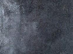 Détail perle centrale - peau de galuchat - grain poli - marron sombre - Cuir en Stock