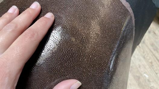 Peau de galuchat - perle centrale - grain poncé - marron - bijou - gainage - Cuirenstock