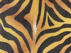 Détail perle centrale - grain poli - peau de galuchat - motif effet tigre jaune et noir - Cuir en Stock