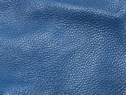 Détail grain - cuir de taurillon togo - bleu pétrole - maroquinerie - Cuir en Stock