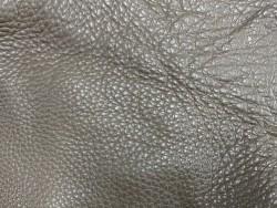 Détail grain togo - cuir de taurillon - taupe galet - maroquinerie - Cuir en stock