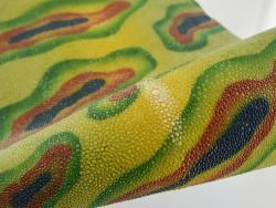 Détail perle centrale - peau de galuchat - grain perlé semi-poli - motif abstrait vert - Cuir en Stock