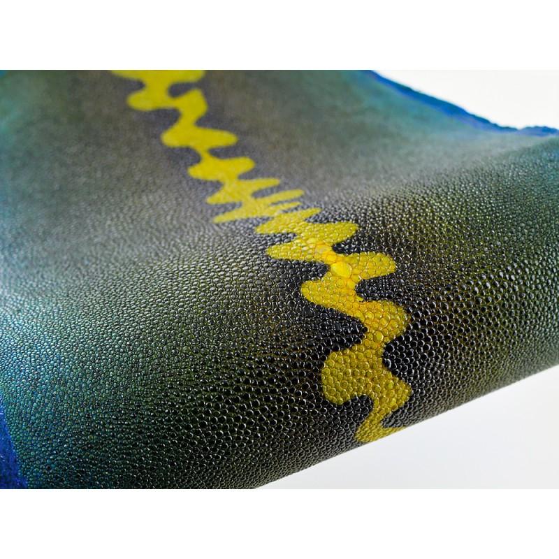 Détail perle centrale - peau de galuchat - grain perlé semi-poli - motif zig zag bleu - Cuir en Stock