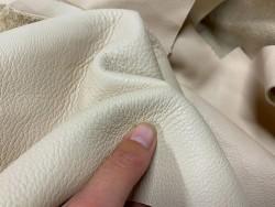 Détail chutes de cuir - beige crème - vente au poids - maroquinerie - Cuir en Stock