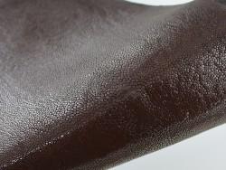 Détail perle centrale - peau de galuchat - grain poli - marron chocolat - Cuir en Stock