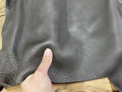 Détail morceau de cuir de vache nubuck marron chocolat - Cuir en stock