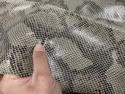 Détail peau de cuir de veau façon grain serpent beige - maroquinerie - cuir en stock