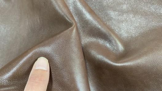 Détail peau de cuir de buffle marron - maroquinerie - Cuir en stock