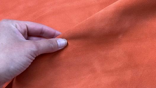 Détail veau velours - touché doux - orange pêche - ameublement - maroquinerie - Cuir en stock