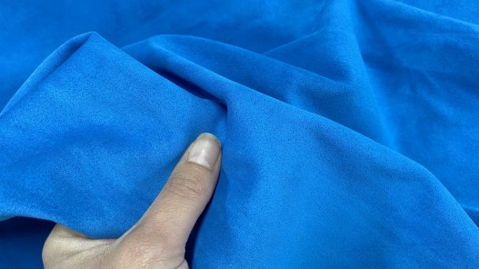 Détail peau de veau velours bleu - maroquinerie - ameublement - Cuir en stock