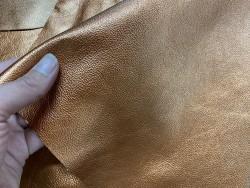 Détail cuir de veau métallisé cuivre - maroquinerie - Cuir en stock