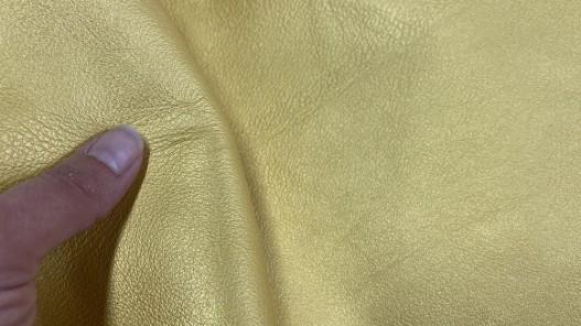 Détail cuir de veau métallisé jaune or - maroquinerie - Cuir en stock
