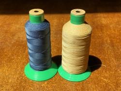 Lot de 2 bobines de fil taille 51 - couture machine - beige et bleu - promotion - cuir en stock
