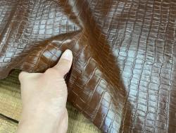 Détail cuir de vachette grain façon crocodile - brun acajou - maroquinerie - ameublement - Cuir en stock