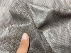 Détail peau de cuir de mouton grain façon serpent gris nuancé - maroquinerie - Cuir en stock