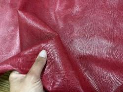 Détail peau de cuir de veau grain façon serpent - rose framboise - maroquinerie - Cuir en stock