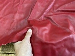 Détail peau de cuir de veau lisse rouge carmin - maroquinerie - ameublement - accessoire - Cuir en stock