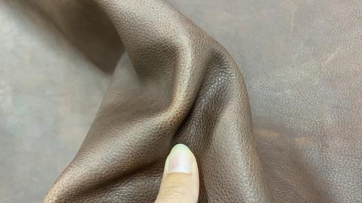 Détail morceau de cuir gras - vachette marron pullup - maroquinerie - Cuir en stock