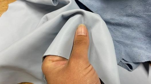 Détail morceau de cuir de veau bleu ciel vendu au poids - maroquinerie - bijou - accessoire - Cuir en stock