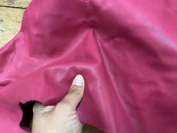Détail morceau de cuir de veau rose fuschia vendu au poids - maroquinerie - bijou - accessoire - Cuir en stock