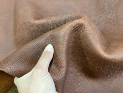 Détail peau de cuir de vachette ciré pullup brun rouge maroquinerie Cuir en Stock
