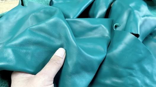 Détail peau de cuir de veau lisse vert émeraude - maroquinerie - Cuir en stock
