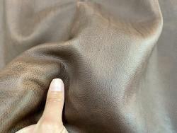 Détail peau de cuir de vachette - cuir gras marron - pullup ciré - maroquinerie - Cuir en stock