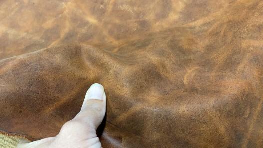 Détail morceau de cuir de vachette - effet pullup - brun terra cotta nuancé - maroquinerie ameublement - Cuir en stock