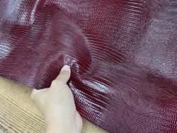 Détail demi peau de cuir de veau grain façon lézard bordeaux - maroquinerie - Cuir en stock
